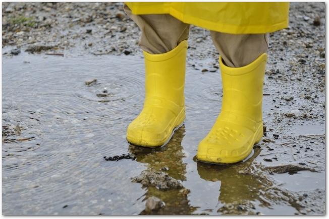 黄色いレインコートを着て黄色い長靴を履いているようす