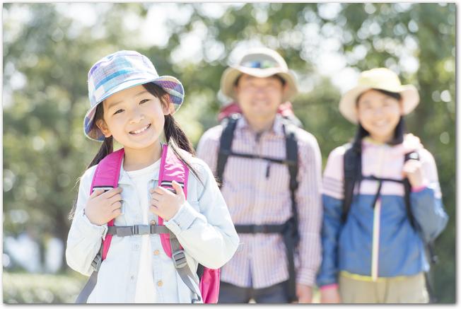 山登りに向かうパパとママと女の子