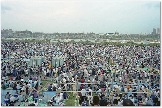 花火大会で混雑している河川敷