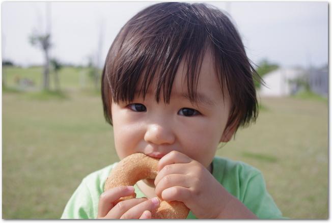 アウトドアでおやつを食べる男の子