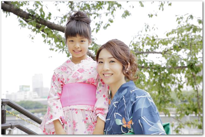 花火大会に浴衣姿で向かうママと女の子