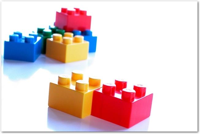 白い背景に置かれたカラフルなレゴのブロック