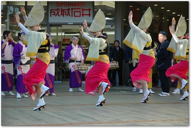 おたる潮まつりでねりこみを踊る女性たち