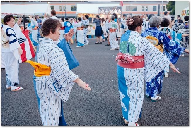 おたる潮まつりで踊る着物姿の女性たち