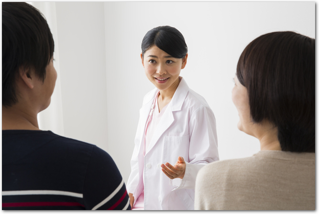婦人科の女医と話す夫婦の様子