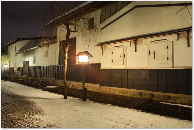 ライトアップされた飛騨古川の白壁の街並み