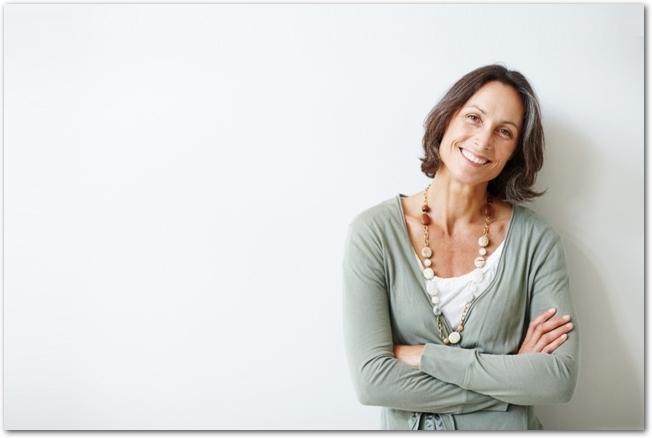 ガッツポーズをする40代の女性