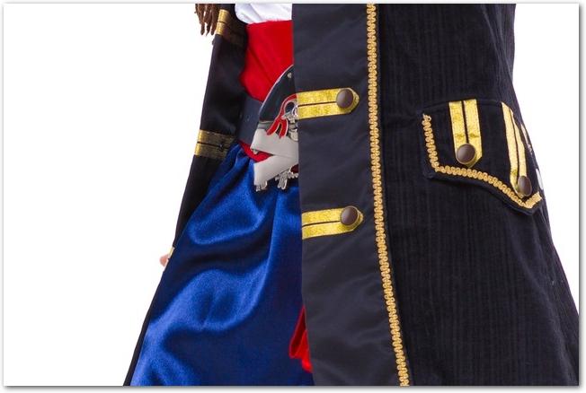 金の飾りのついた青いコスプレ衣装のアップ