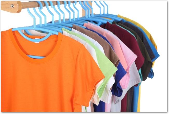 店内のハンガーにかけられた色とりどりの長袖Tシャツ