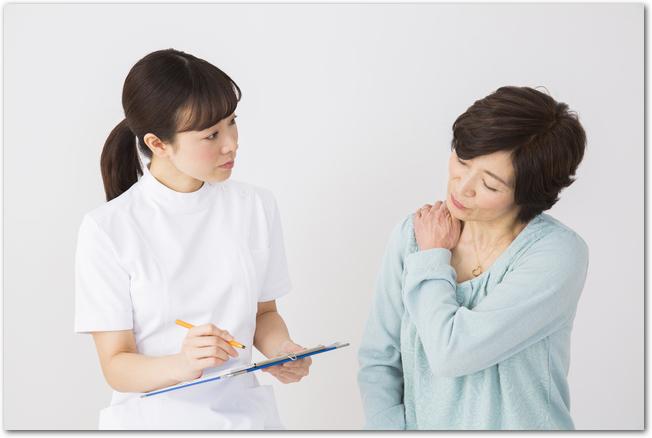 整形外科の診察を受けるシニア女性