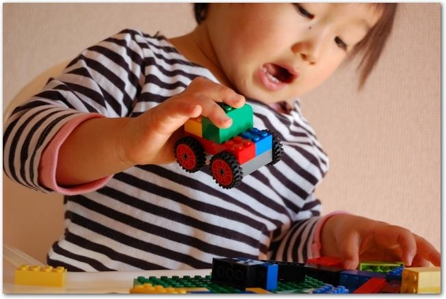 おもちゃの車で遊ぶ男の子の様子