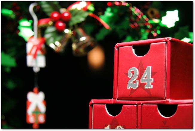 クリスマスの飾りと赤いアドベントカレンダー