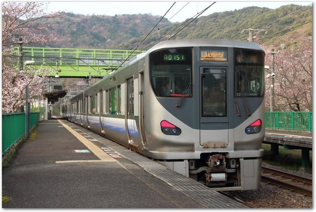 りんくうタウン駅に向かうJRの快速電車