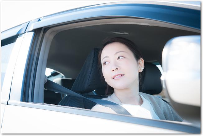 黒い車を運転する女性の様子