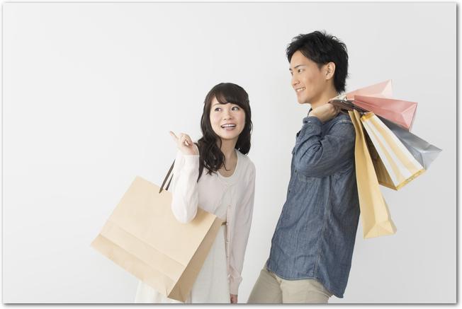 ショッピングモールで買い物を楽しむ30代のカップル