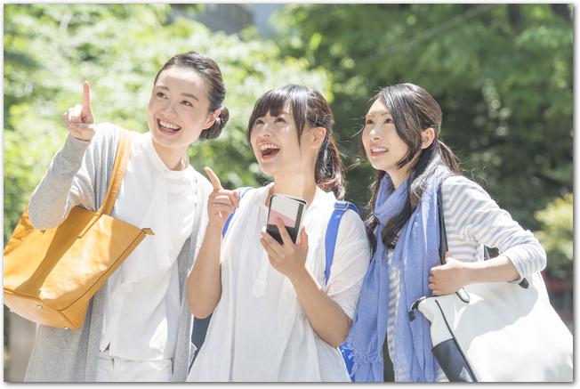 歩きながらショッピングを楽しむ3人の女性