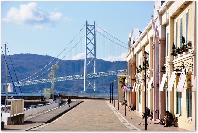 マリンピア神戸の建物と明石海峡大橋