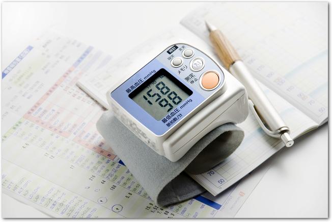 血圧計と血圧手帳とペン