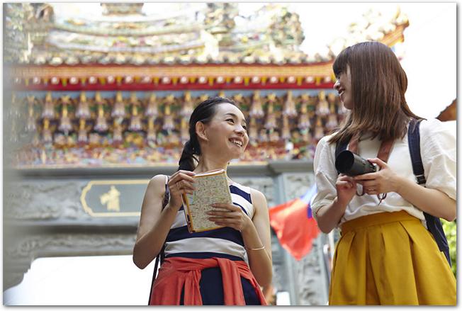 台湾の寺院を観光している女性2人組の様子