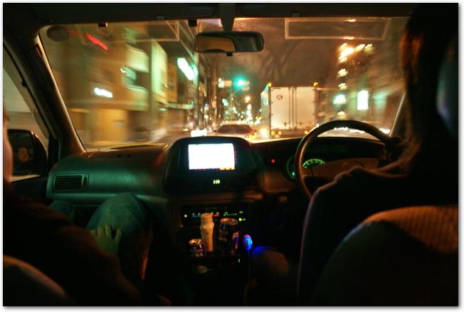 夜に運転している車の運転席から見る風景