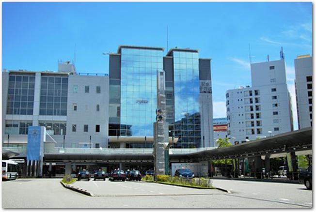 晴れた日の阪急伊丹駅前ターミナルの様子