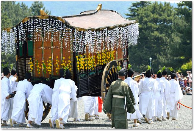 葵祭の牛車と随身たちの行列の様子