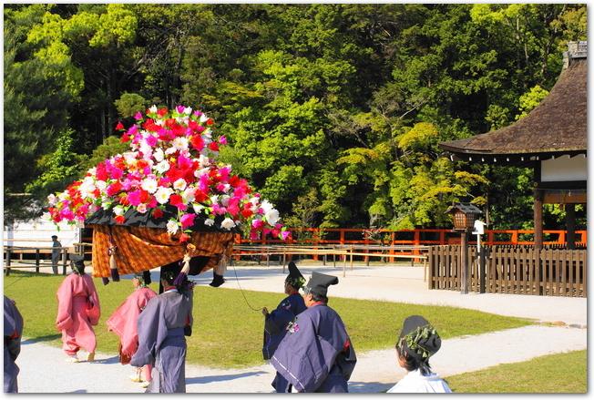 葵祭の斎王代の行列の様子
