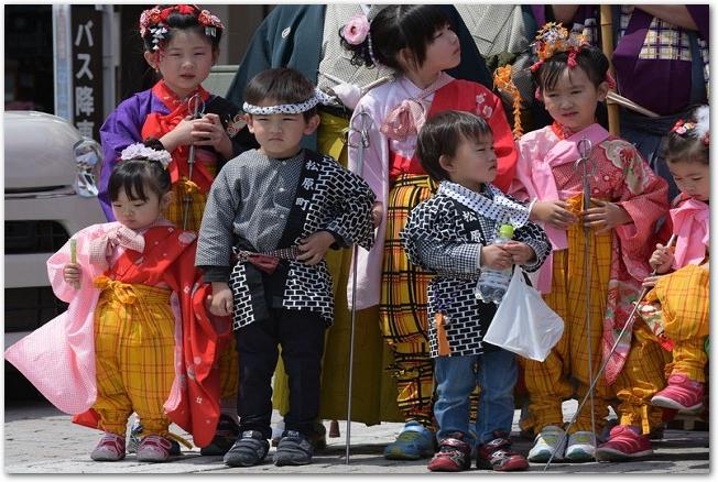 法被などの祭りの衣装を着た子どもたちの様子