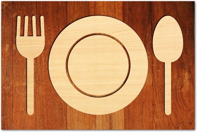 木のカトラリーとお皿が置かれた木製のテーブル