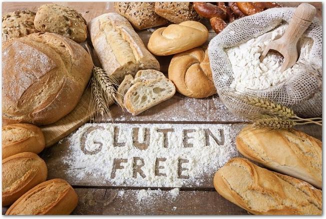 様々なパンと小麦粉に書かれたグルテンフリーのアルファベット