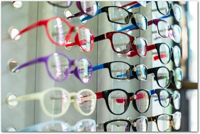 メガネ屋にたくさんのメガネが陳列してある様子