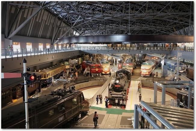 古い電車が展示されている大宮の鉄道博物館の館内