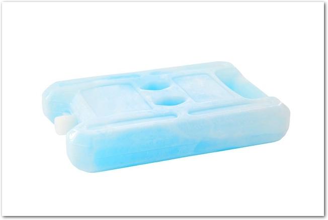 凍っている水色の保冷剤