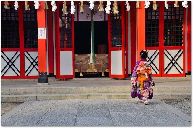着物を着て七五三参りに神社に来た女の子の後姿