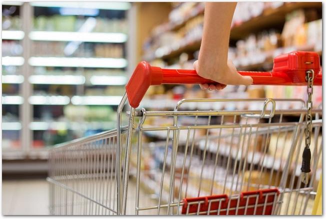 スーパーマーケットの店内でカートを押している様子