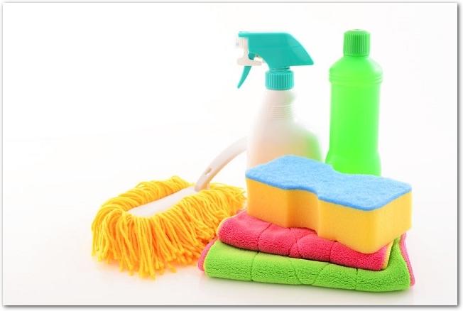 白背景に置かれた雑巾やスポンジなどの掃除用具