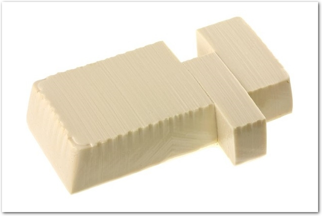 白背景に置かれた長方形の豆腐