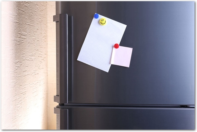 メモの貼ってある黒い冷蔵庫