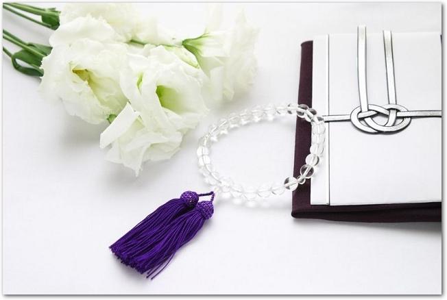 白いトルコキキョウと数珠と不祝儀袋