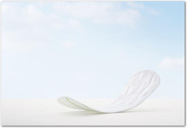 青空を背景にして置かれた生理用ナプキン
