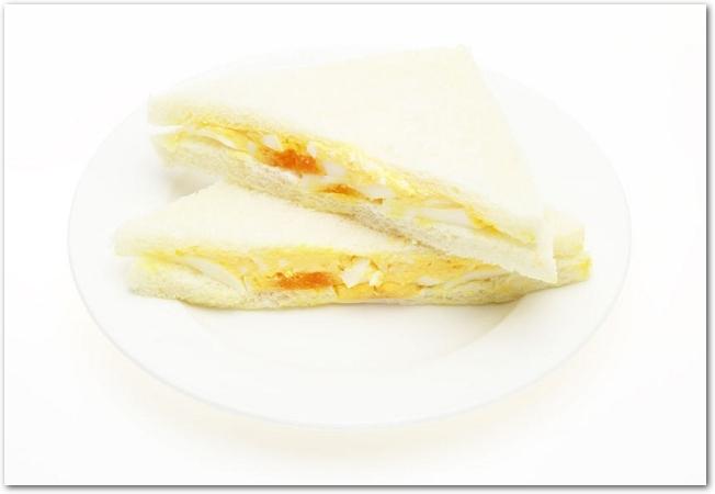 白いお皿に置かれた卵サンド