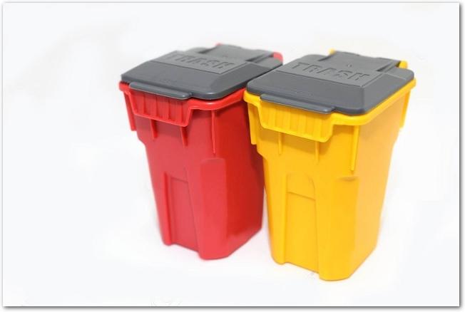 並べて置かれた赤と黄色のゴミ箱