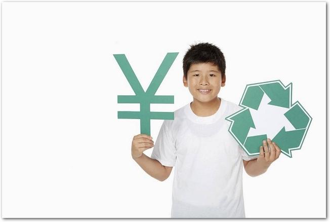 リサイクルと円のマークを持つ笑顔の少年の様子