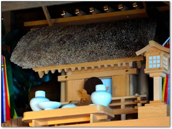 白木造の神棚が置いてある様子