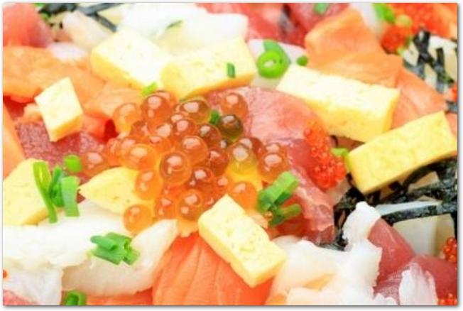 卵やいくらなどののったちらし寿司のアップ