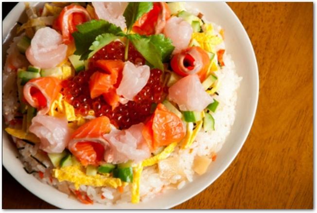サーモンやいくらののったカラフルなちらし寿司