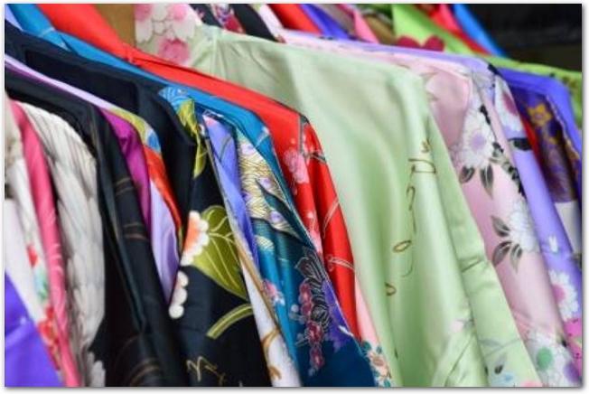 ハンガーにかけられた様々な柄の着物