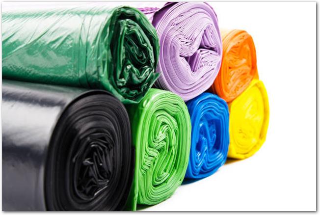 様々な色のロール状に巻かれたゴミ袋