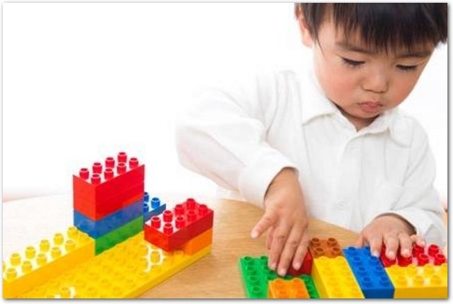 レゴで遊んでいる男の子の様子