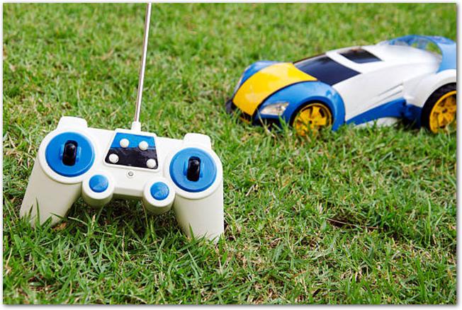 芝生に置かれたラジコンとコントローラ